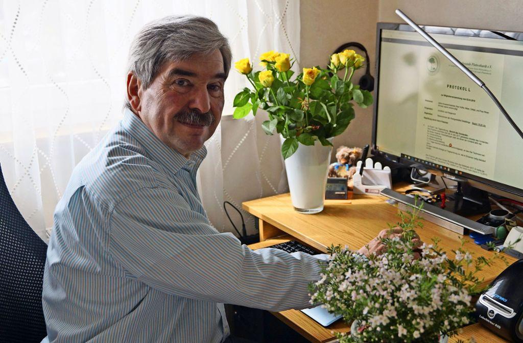 Heinz Teichmann am Computer, umgeben von Pflanzen: So erledigt er oft seine Aufgaben als Schriftführer der Gartenfreunde Plattenhardt. Foto: Fritzsche