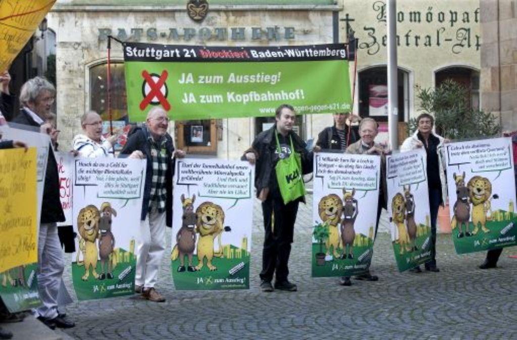 Aktivisten vor dem Esslinger Rathaus demonstrieren gegen den Esslinger Appell, der dazu aufruft, für das Bahnprojekt Stuttgart 21 zu stimmen. Foto: Pressefoto Horst Rudel