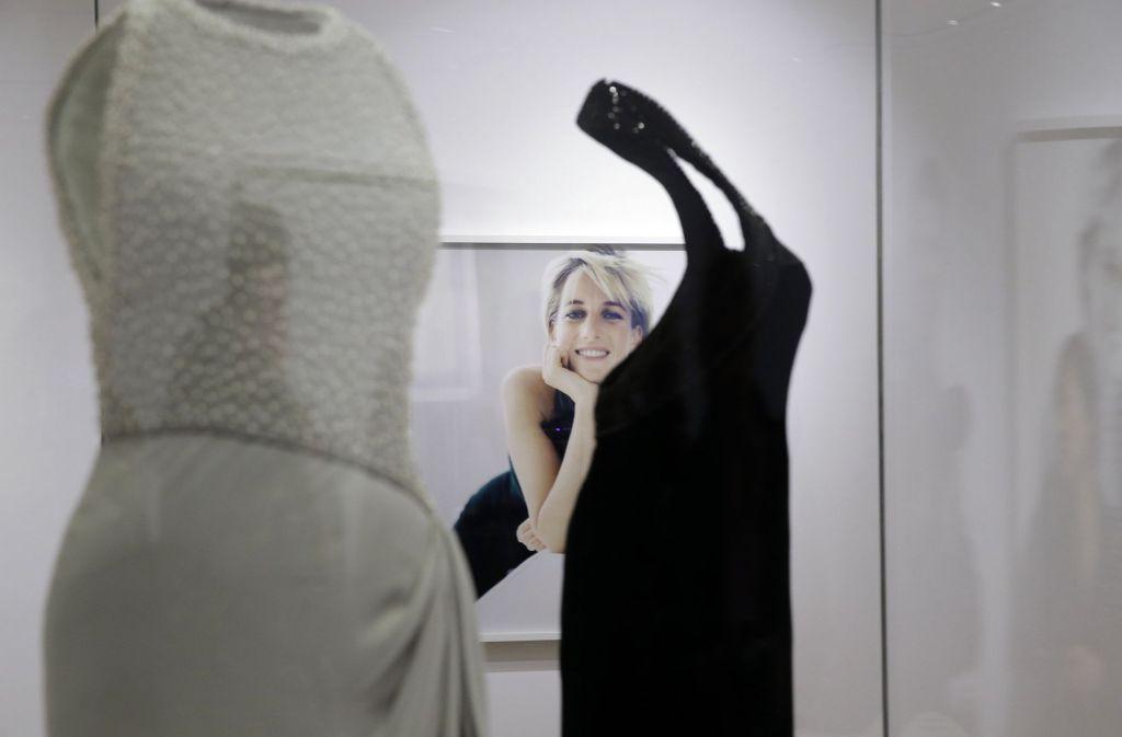 Eine Ausstellung in London zeigt die Outfits von Lady Di. Unsere Bildergalerie gibt Einblicke. Foto: AP