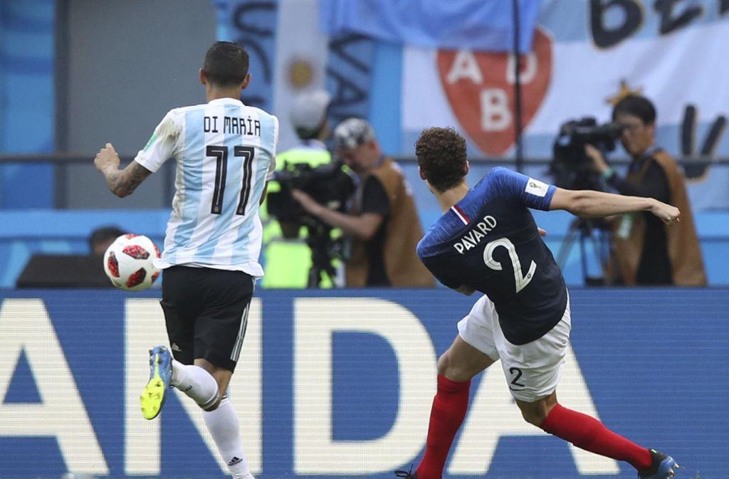 Die Sekunden vor dem vielleicht schönsten Tor der WM 2018. Benjamin Pavard vom VfB Stuttgart erzielt das 2:2 für Frankreich im Achtelfinale gegen Argentinien. Foto: AP