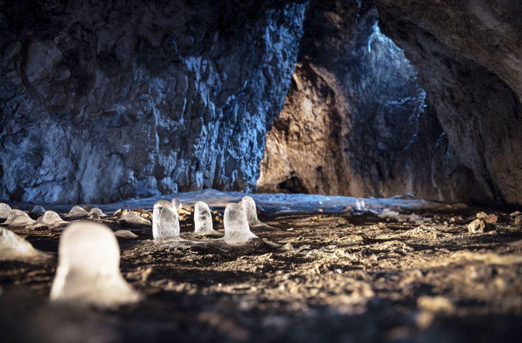 Die Sirgensteinhöhle bei Schelklingen gehört zu den offenen und naturbelassenen Weltkulturerbehöhlen – nur ein kleiner Trampelpfad führt hinauf. Foto: Günther Bayerl