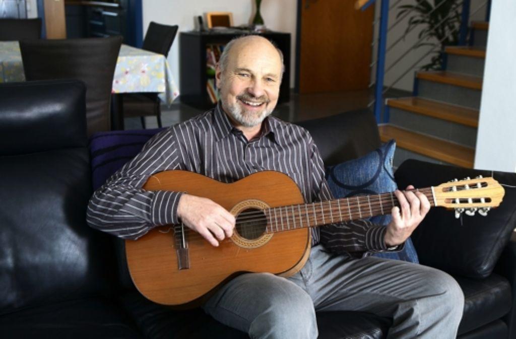 Die Gitarre verkörpert für Rainer Arnold seine Liebe zur Musik. Alle Kandidaten des Wahlkreises Nürtingen im Überblick sehen Sie in der folgenden Fotostrecke. Foto: Horst Rudel