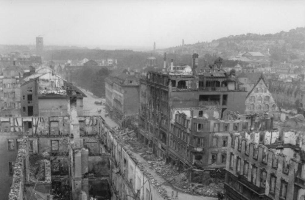 An der Königstraße ist der Krieg alles andere als spurlos vorübergegangen. Die meisten prunkvollen Fassaden aus dem 19. Jahrhundert sind zerstört. Foto: Stadtarchiv