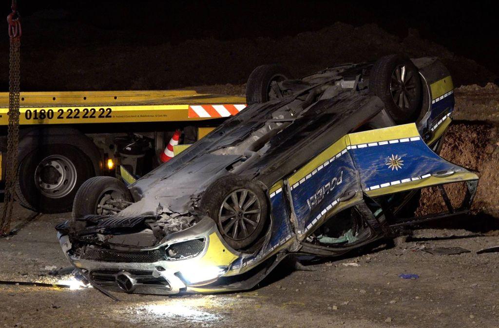 Die beiden Beamten im Fahrzeug wurden schwer verletzt. Foto: 7aktuell.de/Alexander Hald