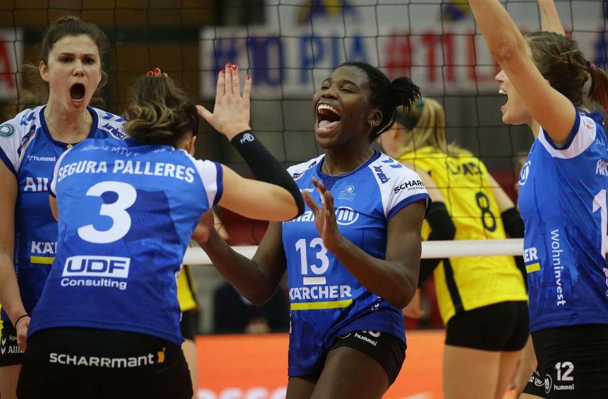 Stuttgarts Volleyballerinnen um Krystal Rivers (Mitte) haben am Ende Grund zu jubeln. Foto: Baumann