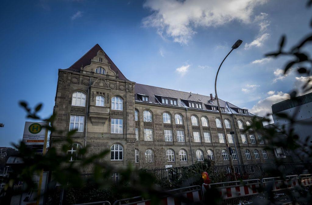 Dieses Gebäude muss samt der aktuellen Schulnutzung erhalten werden, fordern Hunderte von Unterzeichnern in einer Petition. Foto: Lichtgut/Max Kovalenko