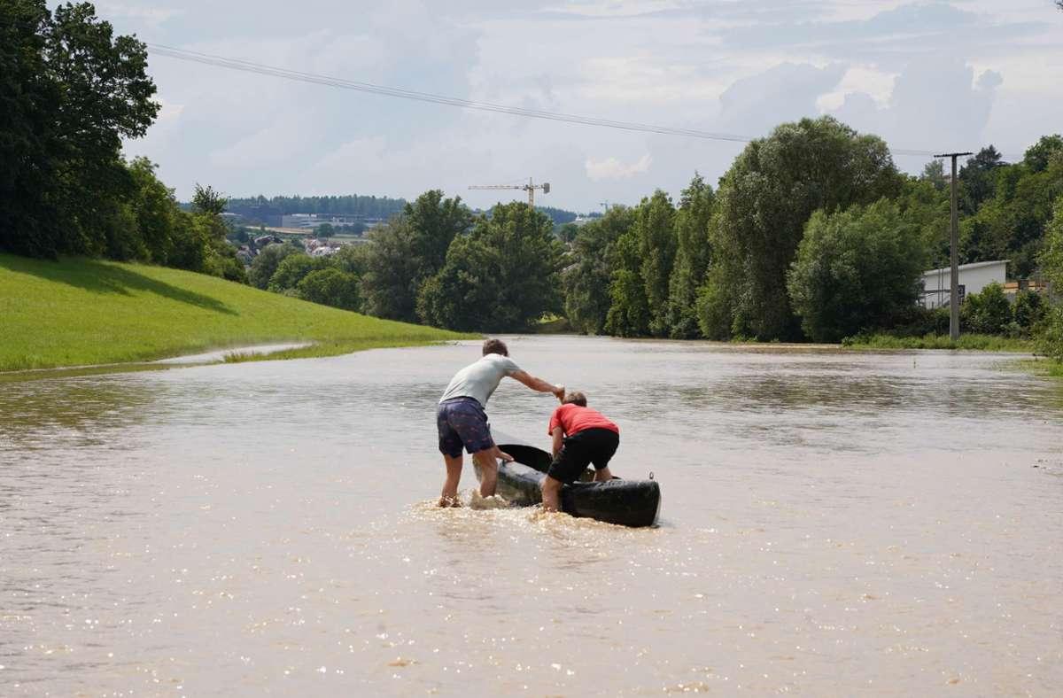 Manche Weissacher stiegen nach dem Unwetter auf das Kanu um. Foto: Andreas Rosar/Fotoagentur Stuttgart