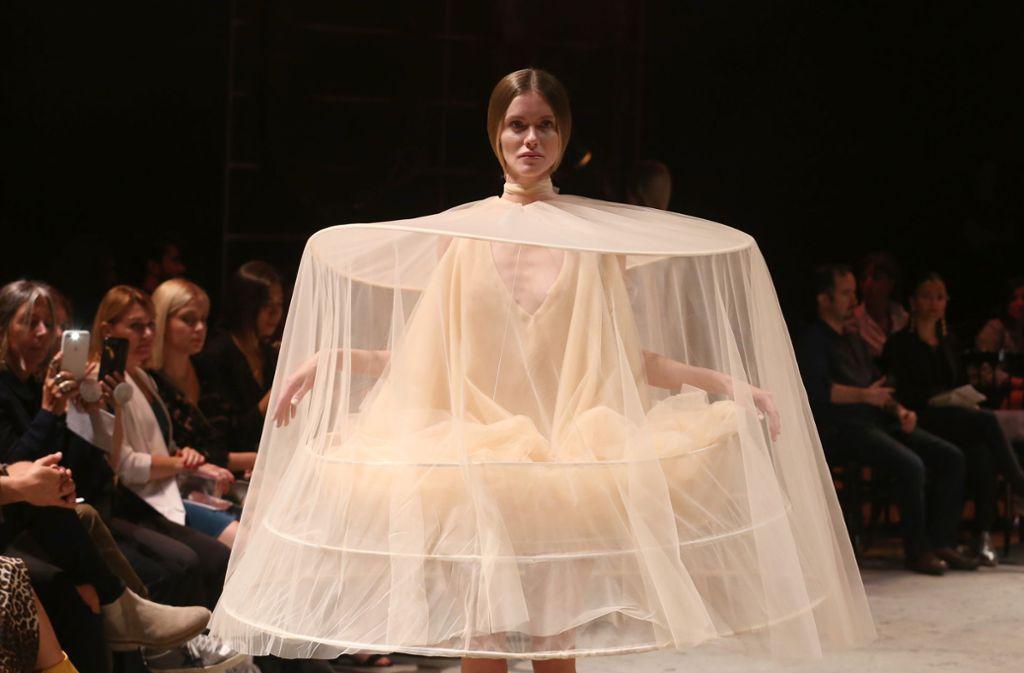 Ein Reifrock für den Hals: Urun bei der Modewoche in Istanbul. Foto: Getty Images Europe