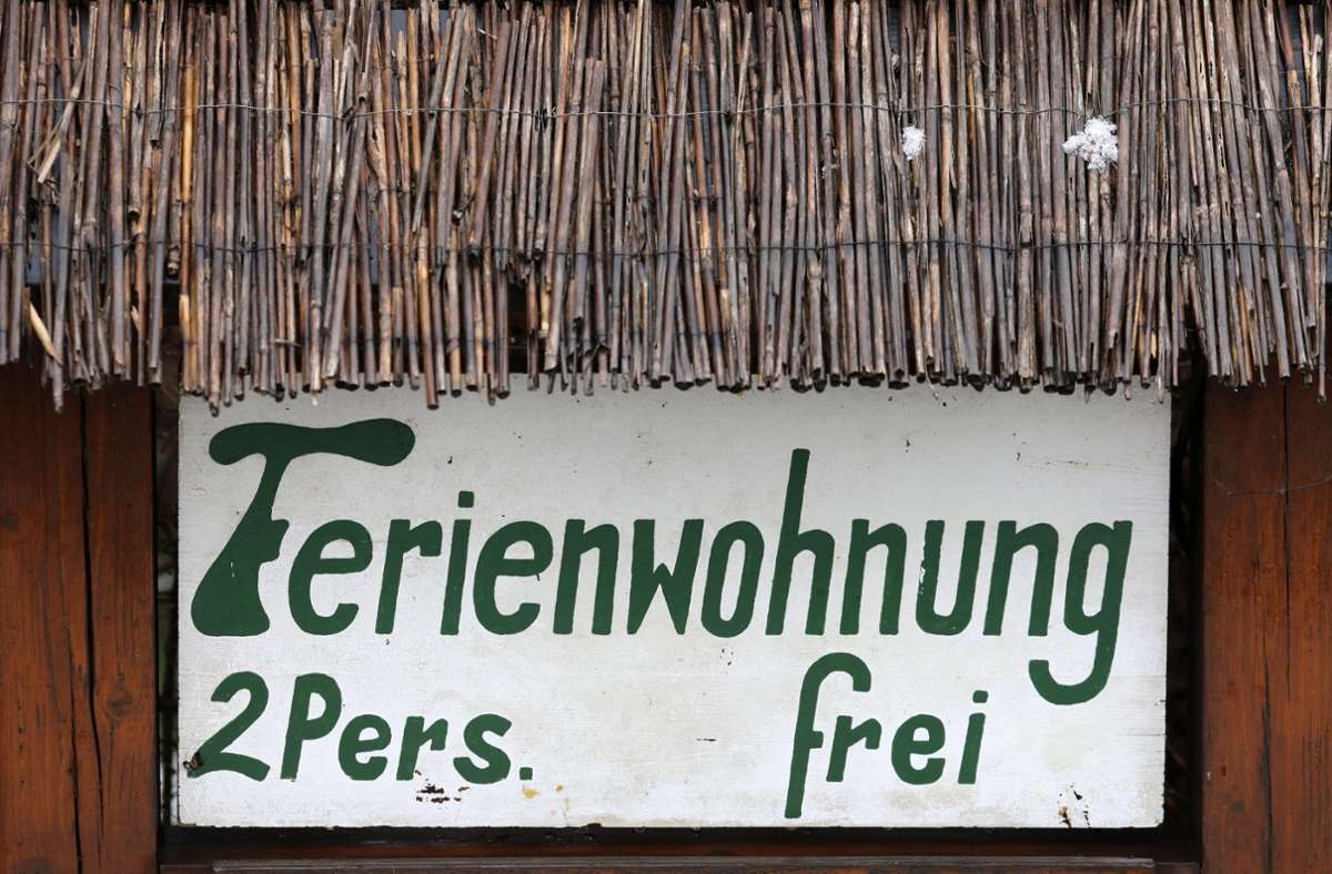 Dieses Schild in Ahrenshoop in Mecklenburg/Vorpommern deutet auf alte Reisegewohnheiten hin, die Dank Corona eine Renaissance erleben. Foto: dpa/Bernd Wüstneck