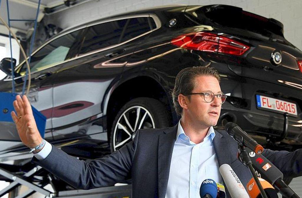 Verkehrsminister Andreas Scheuer (hier in einer Werkstatt des Kraftfahrt-Bundesamtes) hat sich lange nur auf Software-Updates gesetzt und sich gegen Umbauten an Diesel-Fahrzeugen gewehrt. Foto: dpa