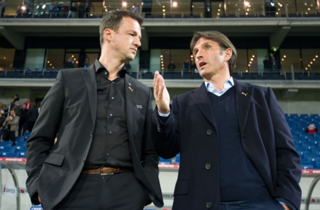 Bruno Labbadia (rechts) und Fredi Bobic wirken angespannt. Foto: dpa