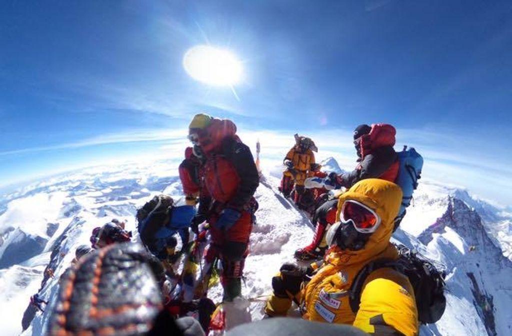 Geschafft! Das Team um Andy Holzer ist auf dem Mount Everest. Foto: Furtenbach Adventures