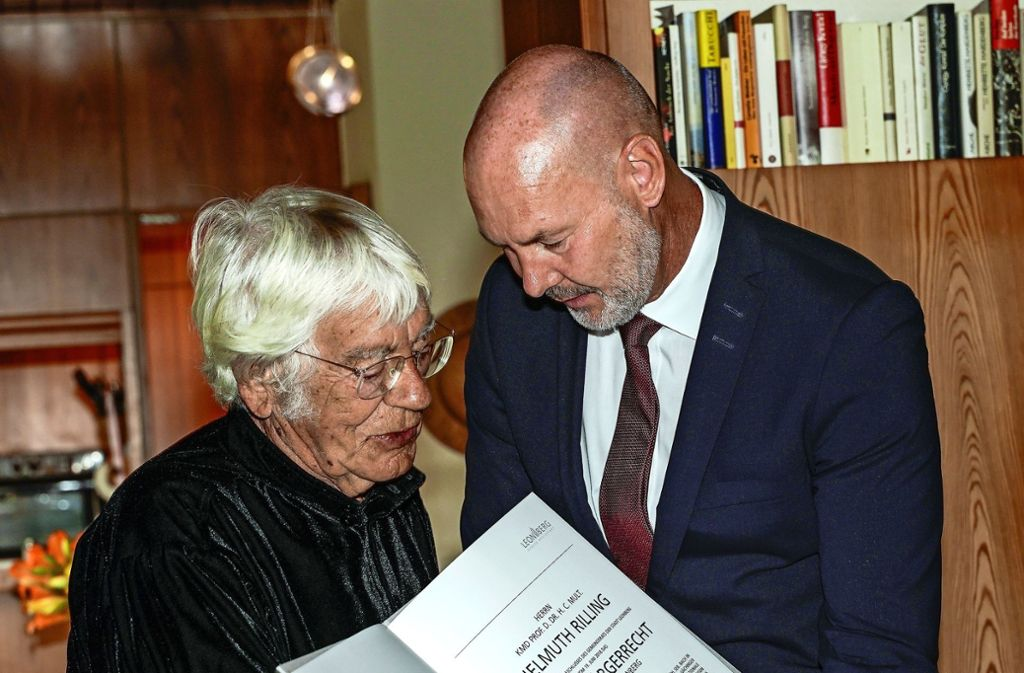 Der  Oberbürgermeister Martin Georg Cohn (rechts)   überreicht  Helmuth Rilling die Urkunde   über die Verleihung des Ehrenbürgerrechts der Stadt Leonberg. Foto: factum/Jürgen Bach