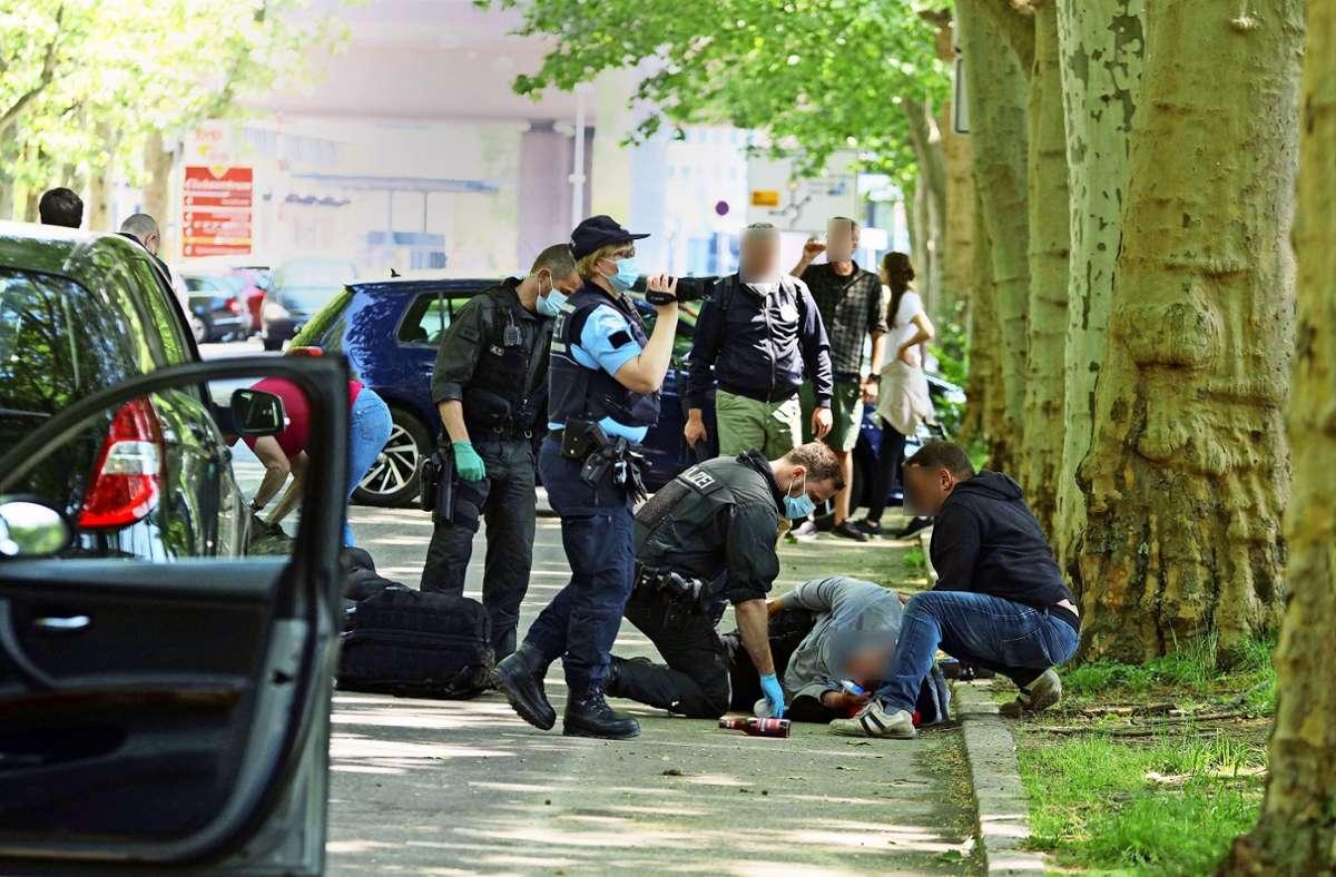 Bei Ausschreitungen während der Corona-Demonstration im Mai in Stuttgart gingen mehrere Menschen zu Boden. Foto: Andreas Rosar Fotoagentur-Stuttgart