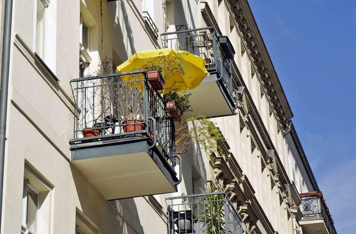 Sonnenschirme sind auf dem Balkon erlaubt – ebenso wie Markisen. Aber wie ist das mit anderen Dingen? Foto: imago/Reiner Zensen