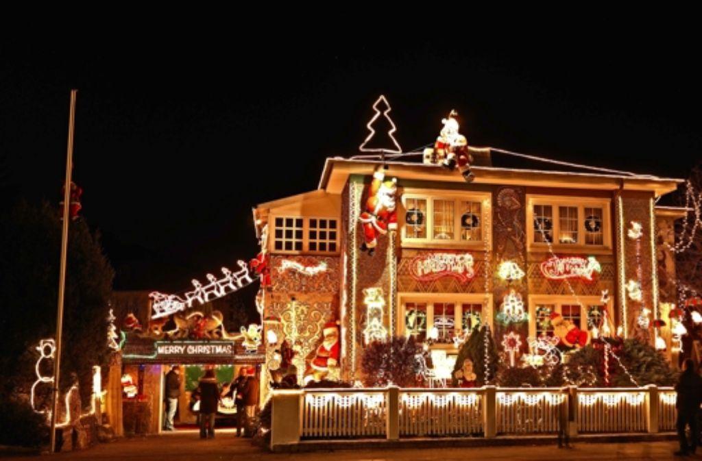 Häuser mit einer solchen weihnachtlichen Festbeleuchtung ziehen Blicke auf sich. Doch dieStromrechnung des Besitzers  möchte mannicht bekommen – sie wird erheblich sein. Foto: Mauritius