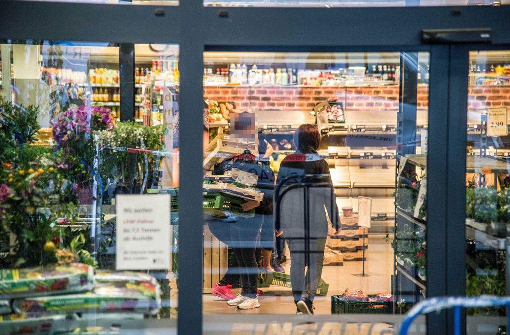 Der Supermarkt in Esslingen musste gegen 18 Uhr evakuiert werden. Foto: SDMG