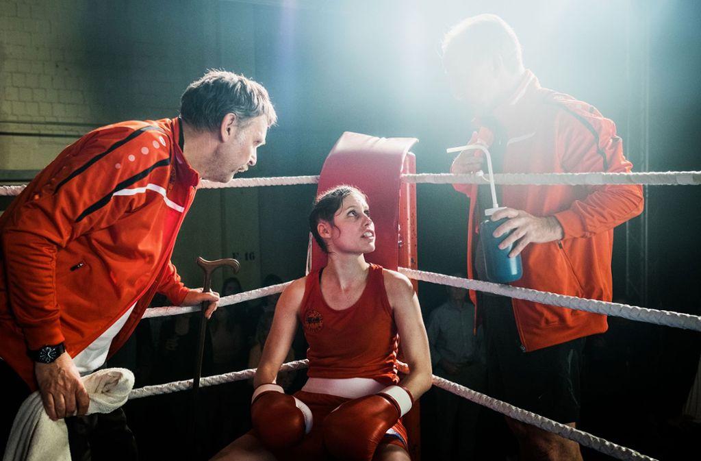 Ingo Ospelt als Ferdi Oberholzers spricht seiner Tochter (Tabea Buser als Martina Oberholzer) während des Boxkampfes Mut zu. Foto: SRF/Daniel Winkler