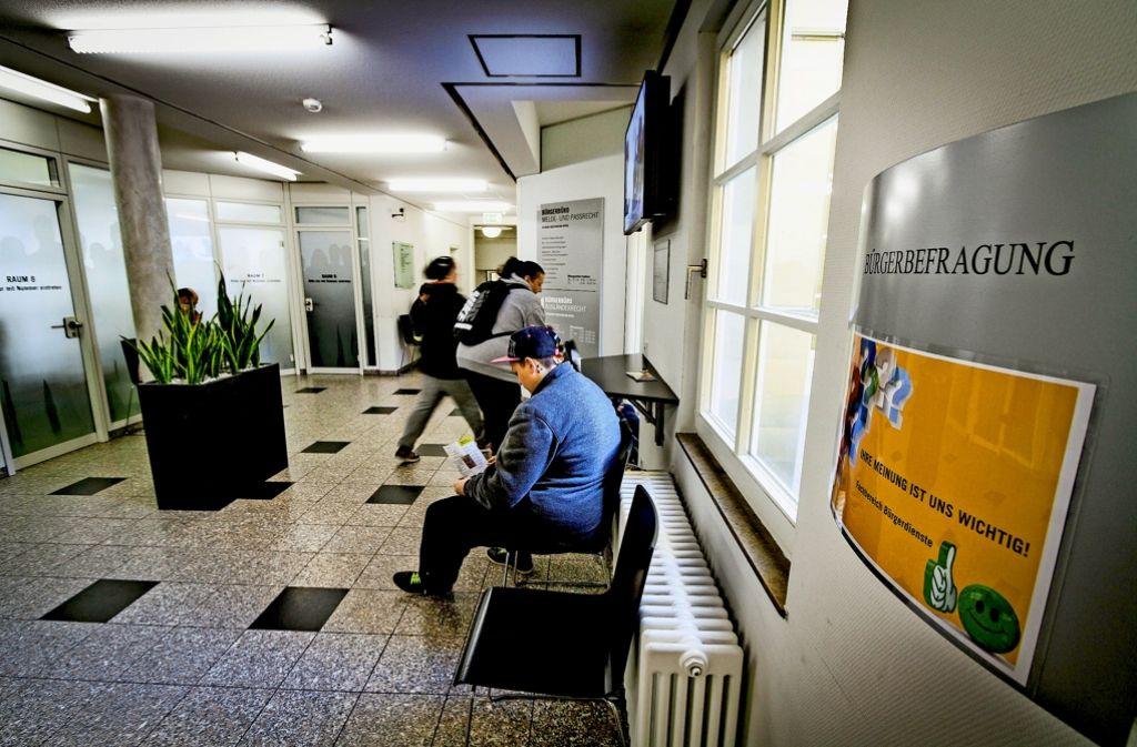 Warten vor  käfiggroßen Meldebüros: das Ludwigsburger Bürgerbüro soll umgebaut werden. Foto: factum/Archiv
