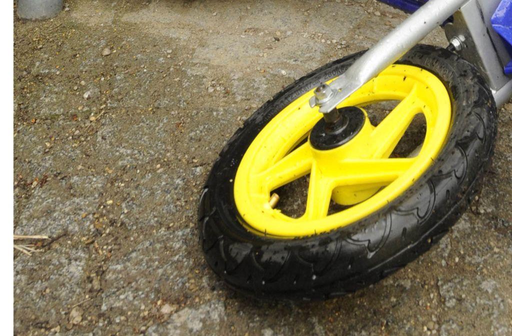 Das Fahrrad geriet auf eine abschüssige Grünfläche und fuhr mitsamt dem sechsjährigen Fahrer eine Böschung hinab (Symbolfoto). Foto: AP/Christof Stache