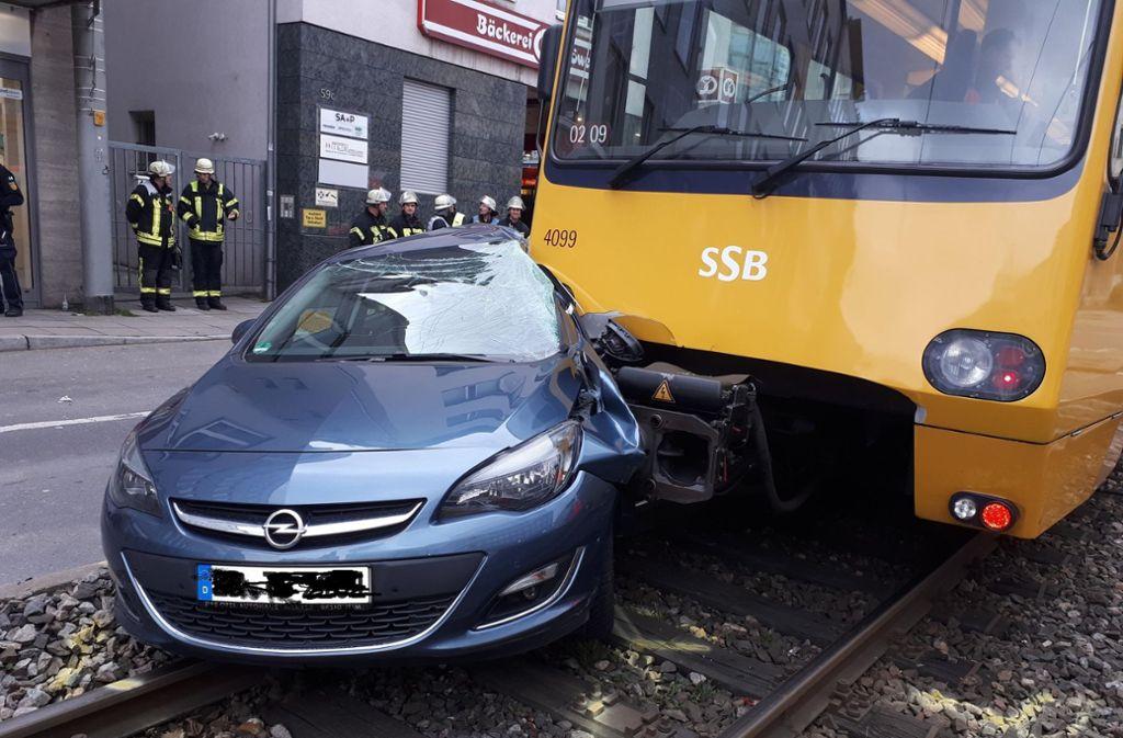 Bei einem Unfall in Stuttgart West sind ein Pkw und eine Stadtbahn der Linie U2 beschädigt worden. Foto: 7aktuell.de/Jens Pusch