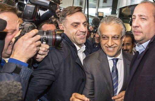 Lächeln für die Kameras: Fifa-Kandidat Sheikh Salman Bin Ebrahim Al Khalifa Foto: dpa