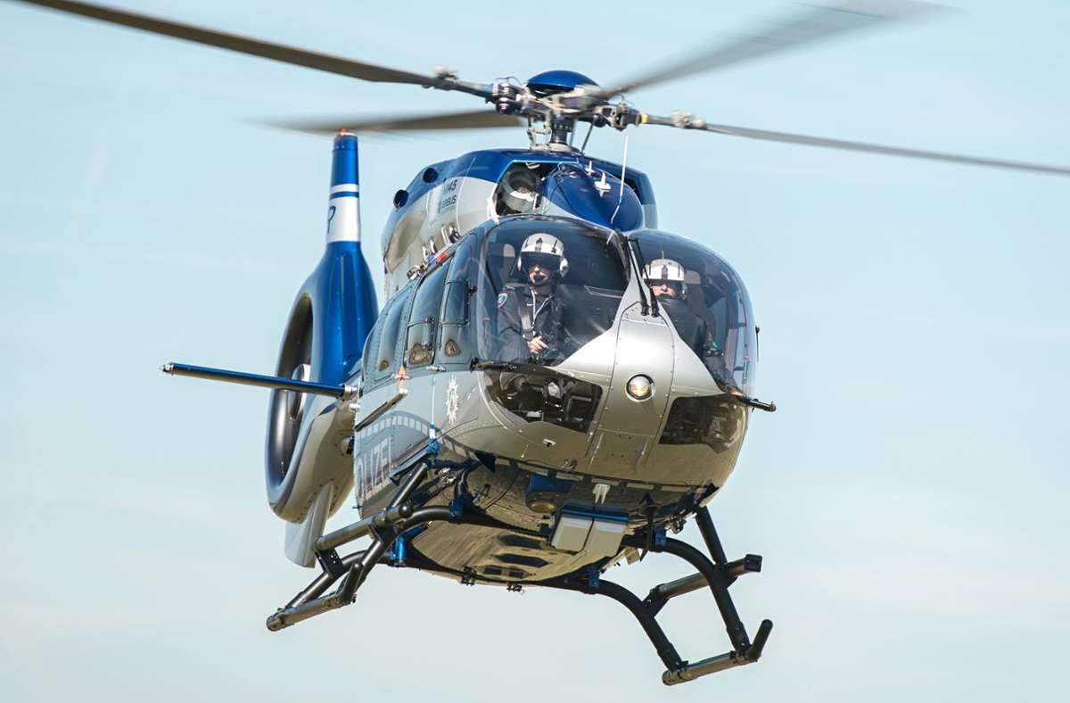 Bei der Suche setzte die Polizei einen Hubschrauber ein. (Symbolbild) Foto: dpa/Wolfram Kastl
