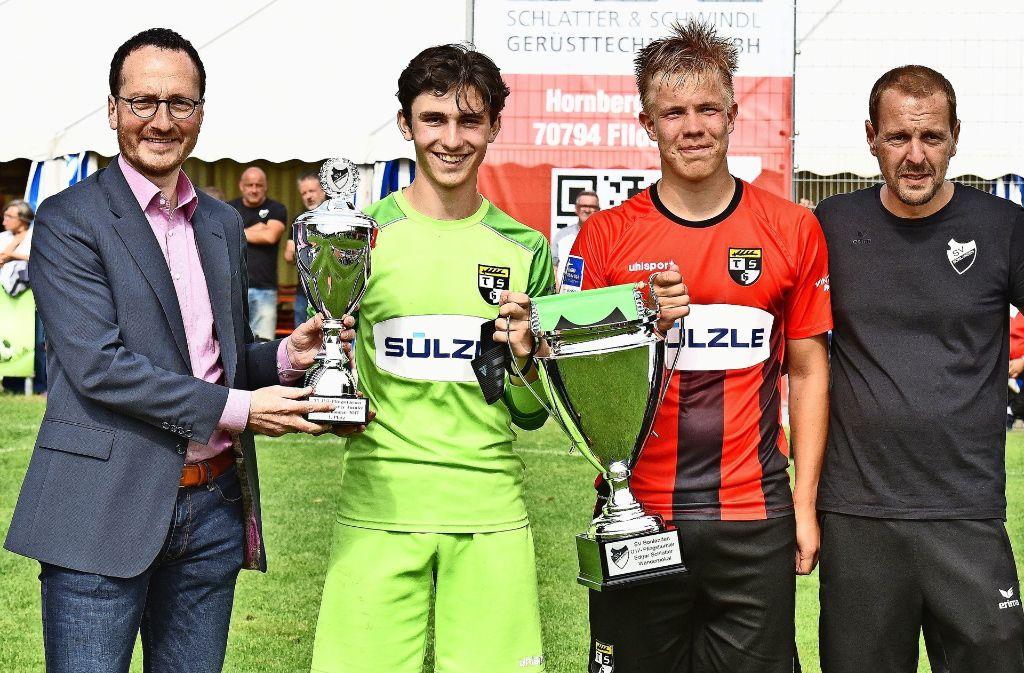 Turniersieg und bester Torhüter: am Ende gab es für die TSG Balingen aus den Händen des Oberbürgermeisters Christoph Traub (links) gleich zwei Pokale. Foto: Günter Bergmann