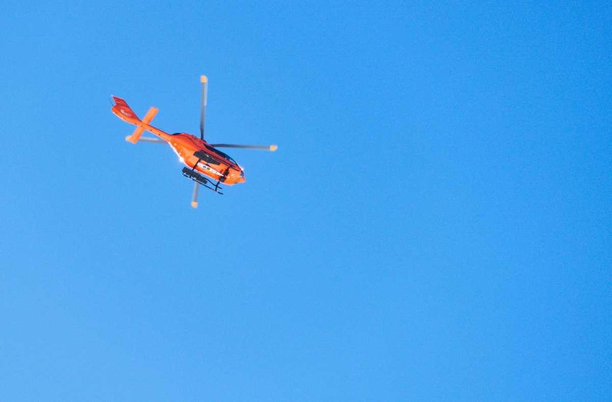 Ein Hubschrauber der Bergwacht flog die Frau in ein Krankenhaus, in dem sie kurze Zeit später verstarb. (Symbolbild) Foto: imago/Action Pictures/Peter Schatz