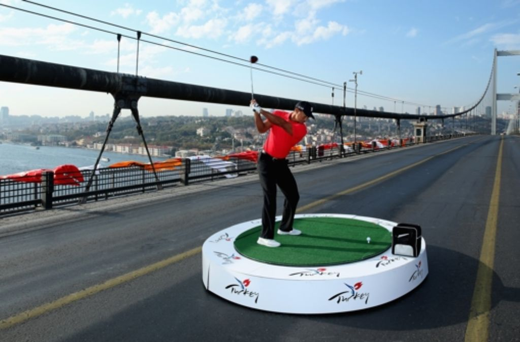 Tiger Woods schlug in Istanbul einen Golfball von Asien nach Europa. Foto: Getty Images Europe