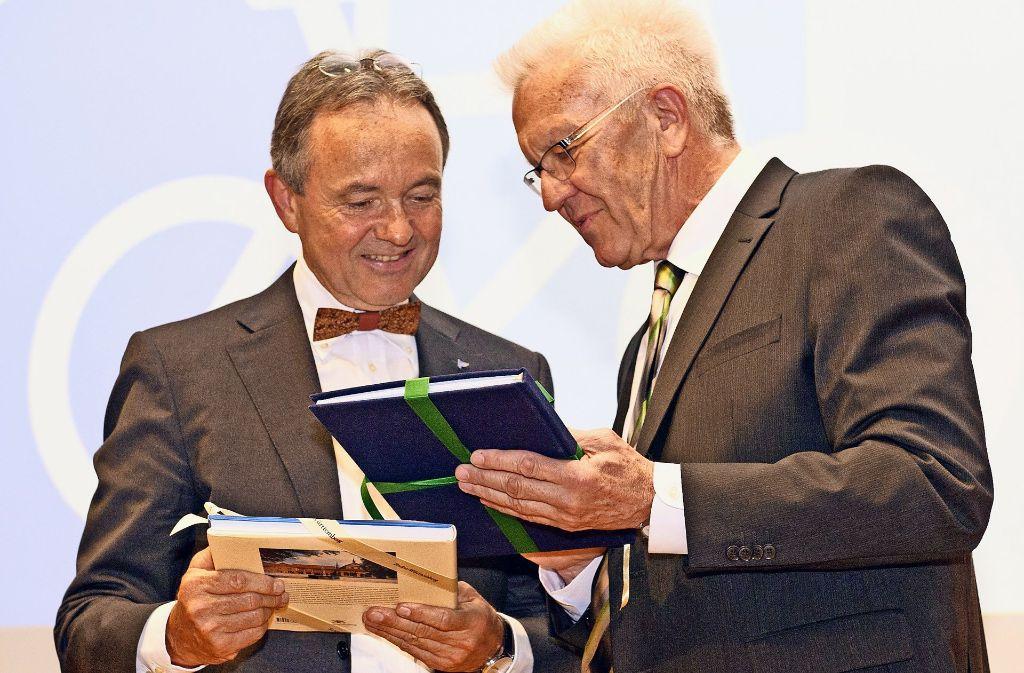 Kretschmann schenkt Fundel (li.) Freikarten zu   Schlössern im Land. Foto: Lg/Willikonsky