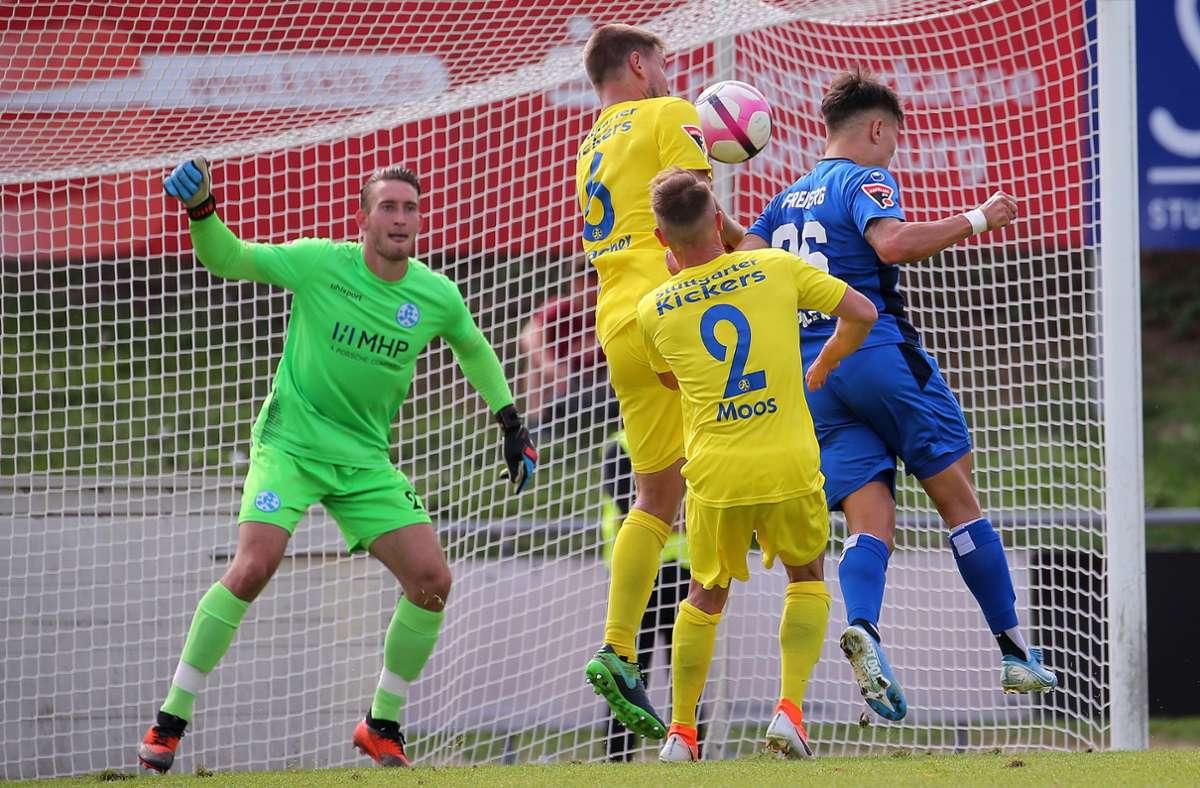 Am 22. September 2019 waren die Stuttgarter Kickers (in Gelb) und der SGV Freiberg Gegner auf dem Spielfeld, nun kämpfen sie vor Gericht um ein gemeinsames Ziel: die Aufstiegsmöglichkeit. Foto: Baumann