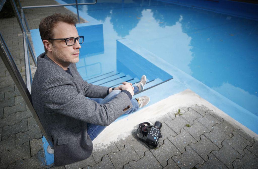 Die Mittelformatkamera immer dabei: Sebastian Schlüter auf der Fotopirsch im Erbstettener Freibad. Foto: Gottfried Stoppel