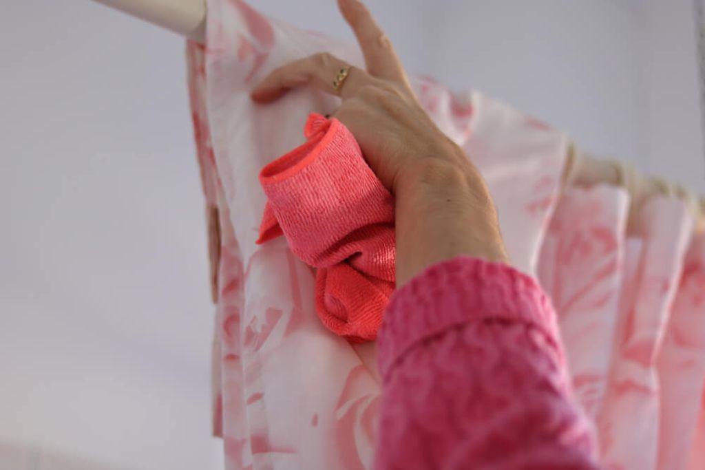 So waschen Sie Ihren Duschvorhang. Foto: Jojo Photos / shutterstock.com