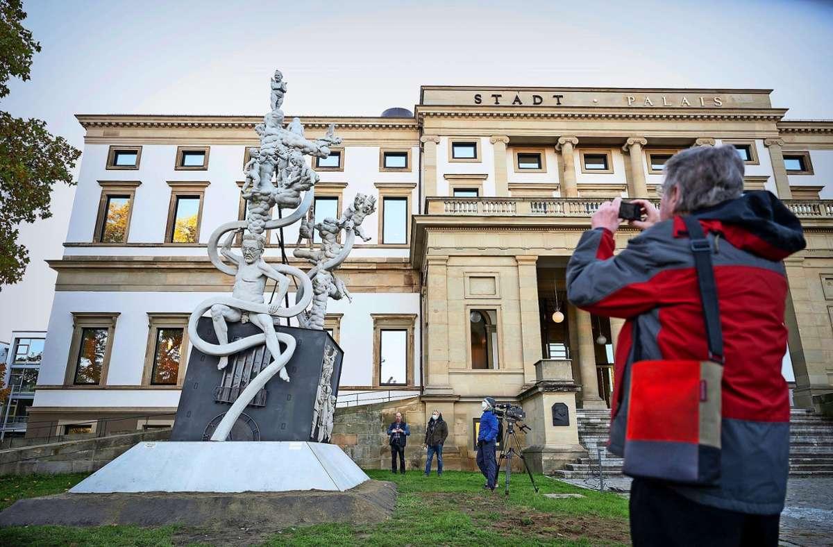 Bis März steht die Skulptur des Künstlers Peter Lenk vor dem Stadtpalais in Stuttgart. Foto: dpa/Gollnow