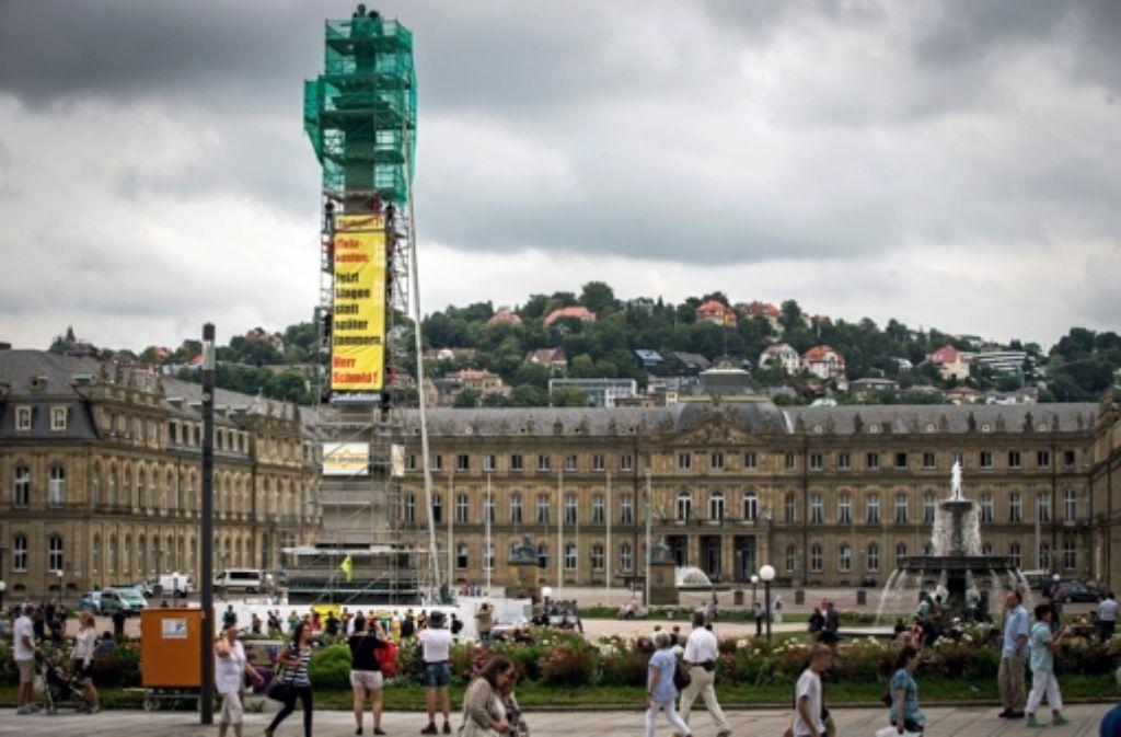 Die Kletterer enthüllen ihr Transparent auf dem Schlossplatz. Foto: Achim Zweygarth