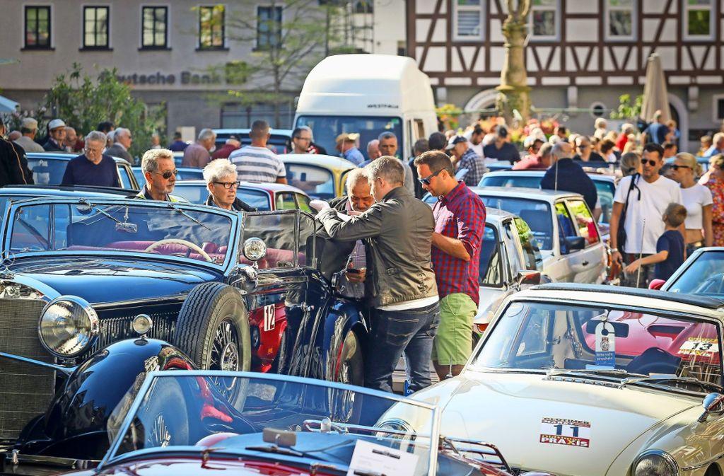 Fachsimpeln inmitten von historischen Schätzchen: Die Leo-Motor-Classic ist Treffpunkt für Autoexperten – und   auch für viele andere Leute. Foto: factum/Granville