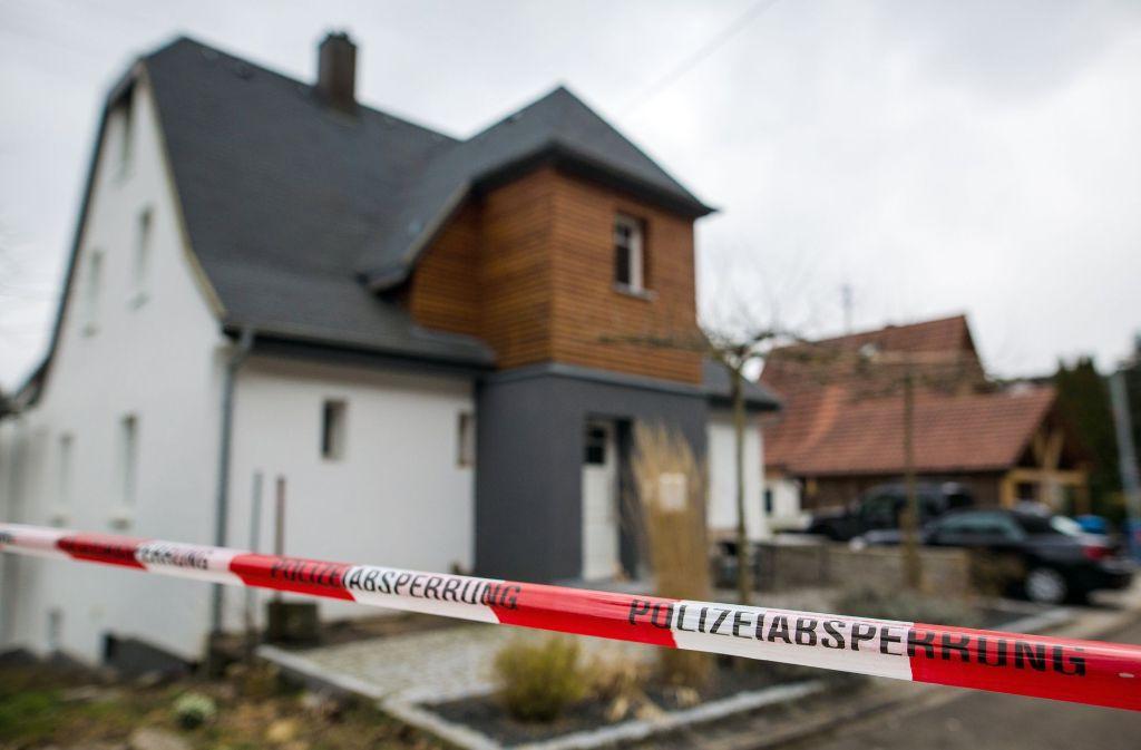 Die Polizei sichert den Tatort einer Familientragödie. Foto: dpa
