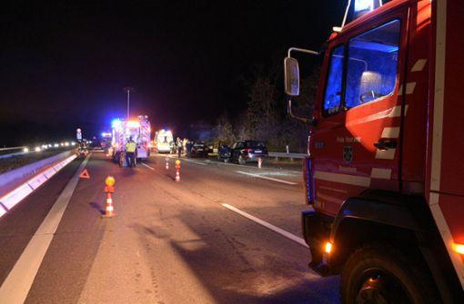 Auto schleudert über A5 - drei Schwerverletzte