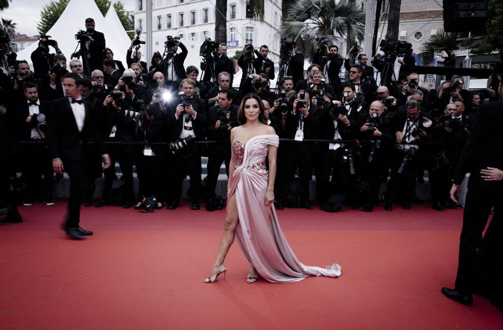 Die Schauspielerin Eva Longoria zog die Blicke bei der Eröffnung der Filmfestspiele in Cannes mit ihrem hoch geschlitzten Kleid auf sich. Foto: Getty Images