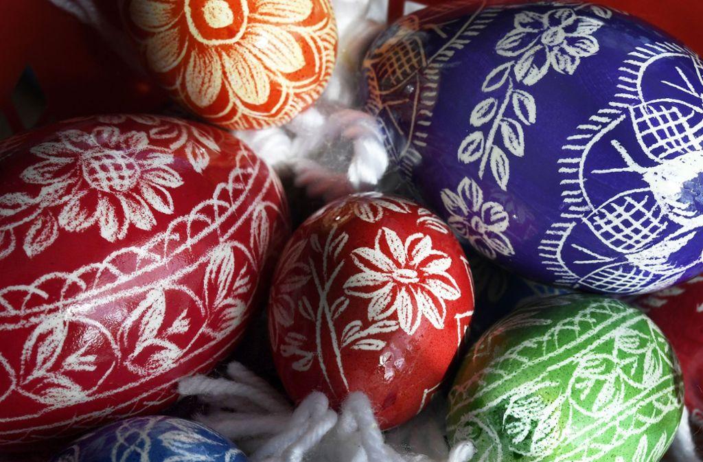 Gekratzte Ostereier liegen in verschiedenen Farben zusammen. Im südburgenländischen Stinatz wird seit Jahrzehnten ein uralter Brauchtum gepflegt Foto: Jaeger/APA/dpa