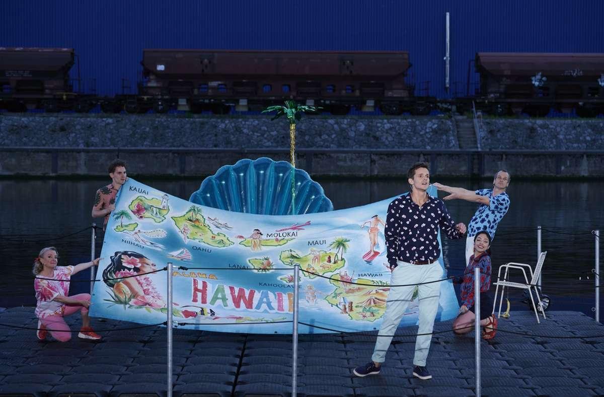"""Natalie Karl, Martin Bruchmann, Moritz Kallenberg, Fiorella Hincapié und Matthias Klink (v. l.)  in """"Die Blume von Hawaii"""" Foto: M. Baus"""