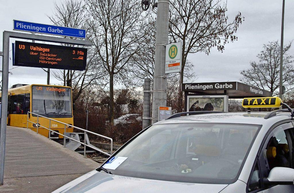 Bisher setzte die SSB Taxis nur in Sonderfällen oder bei Störungen ein – wie hier an der Haltestelle Garbe in Plieningen. Künftig sollen sich Kunden per App ein Sammeltaxi an einen von bis zu 3000 Sammelpunkten in der Stadt bestellen können. Foto: SSB