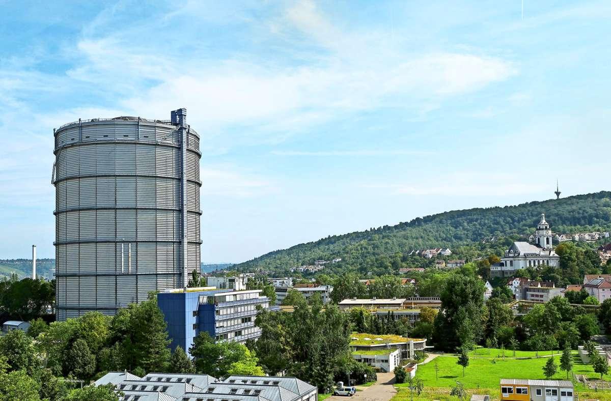 Der weithin sichtbare Gaskessel ist neben dem Fernsehturm eines der Wahrzeichen der Stadt. Foto: Jürgen Brand