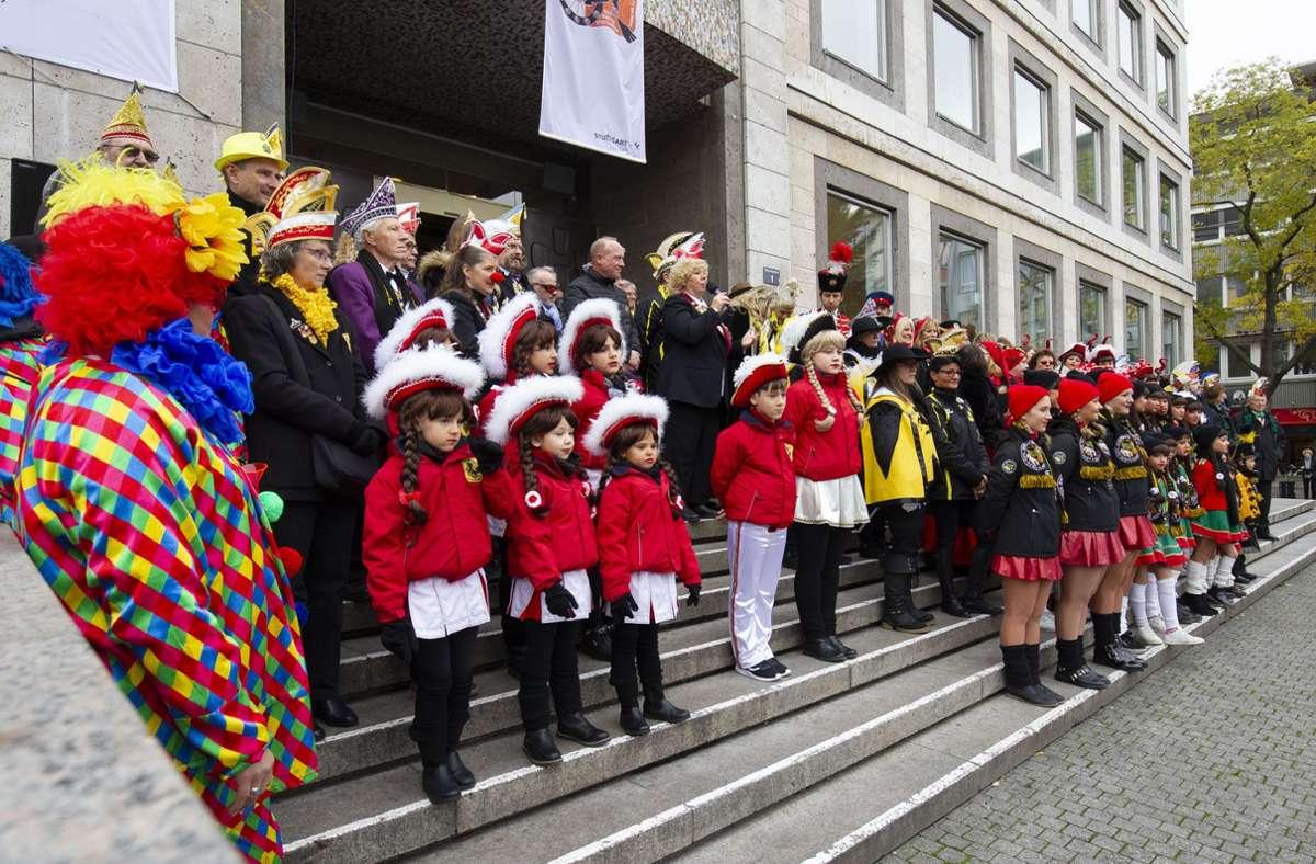 Fiel natürlich auch  2020 ins Wasser.  Karnevalsgruppen läuten den 11.11. vor dem  Stuttgarter Rathaus ein  Foto: Lichtgut/Leif Piechowski