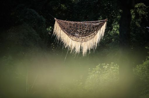 Fünf Meter lange Weidenwiege schwebt über der Rems