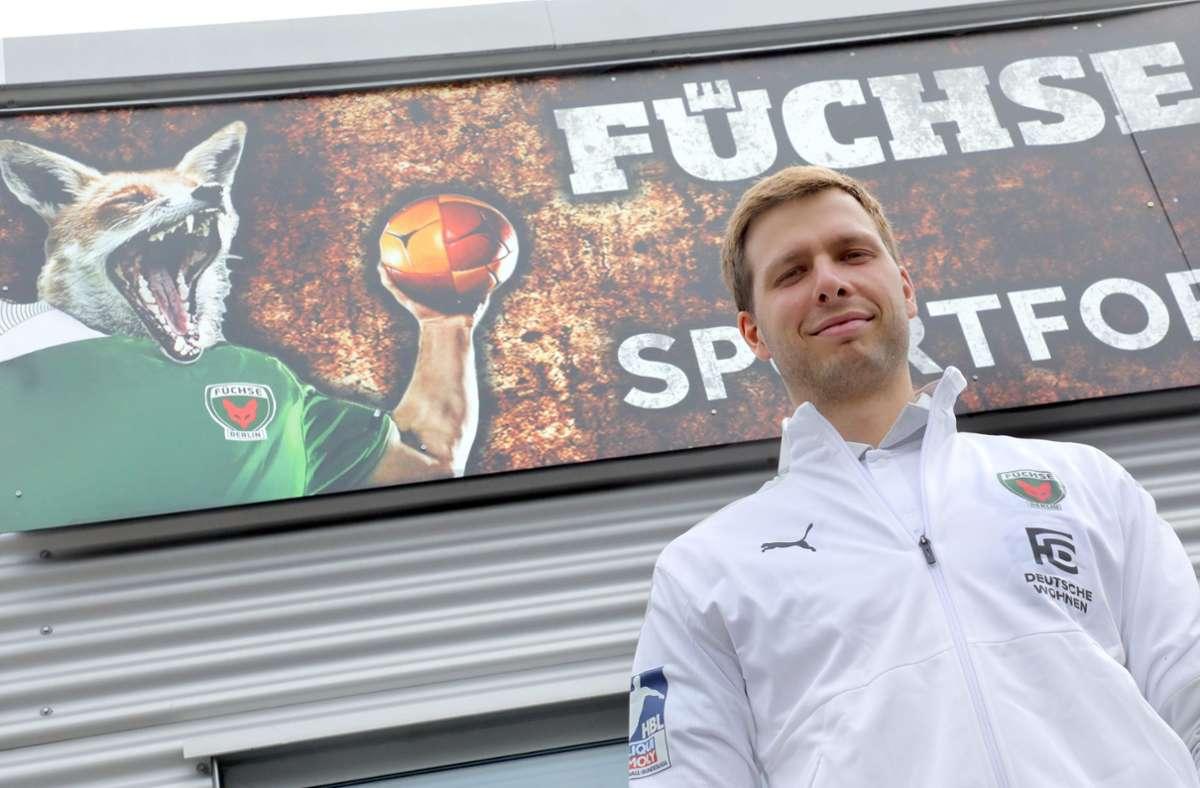 Der jüngste Trainer der Handball-Bundesliga-Historie: Jaron Siewert (26) von den Füchsen Berlin. Foto: dpa/Wolfgang Kumm