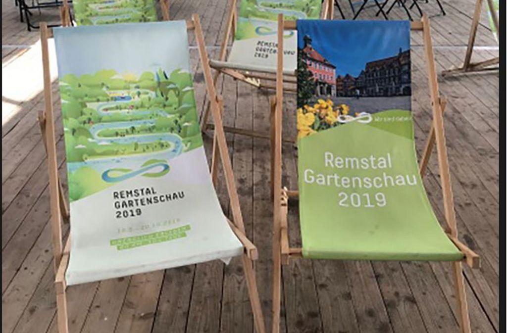 Am Sonntag kann man Erinnerungsstücke kaufen, zum Beispiel Gartenschau-Liegestühle. Foto: Stadt Schorndorf