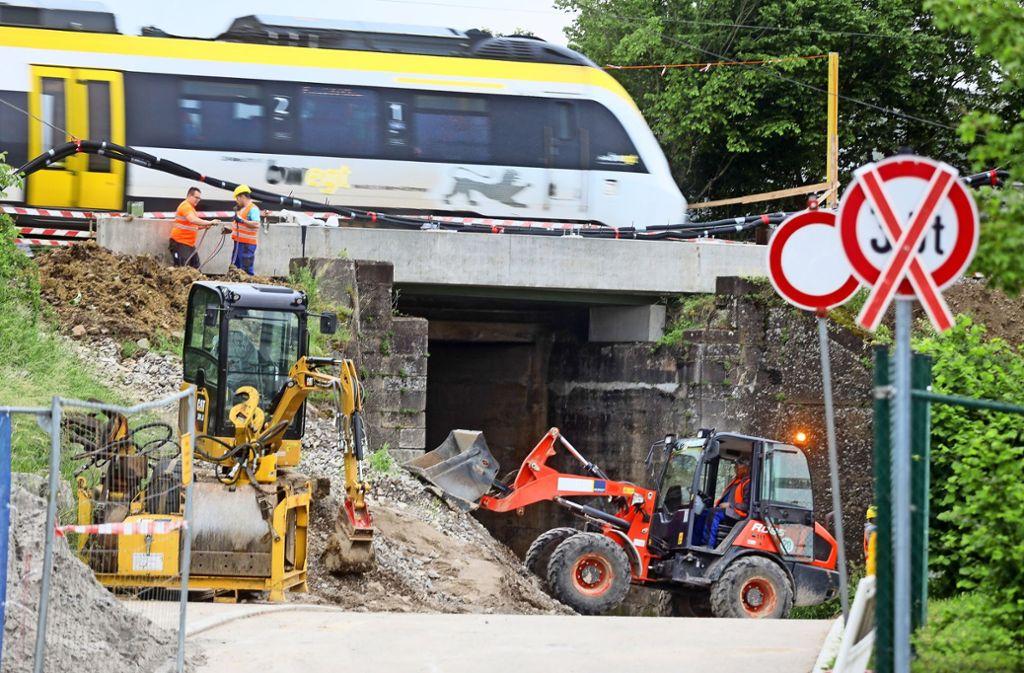 An der schmalen  Unterführung an der Ehninger  Eichendorffstraße  wird nichts verändert. Die Bahn baut lediglich eine neue Brücke. Foto: factum/Weise