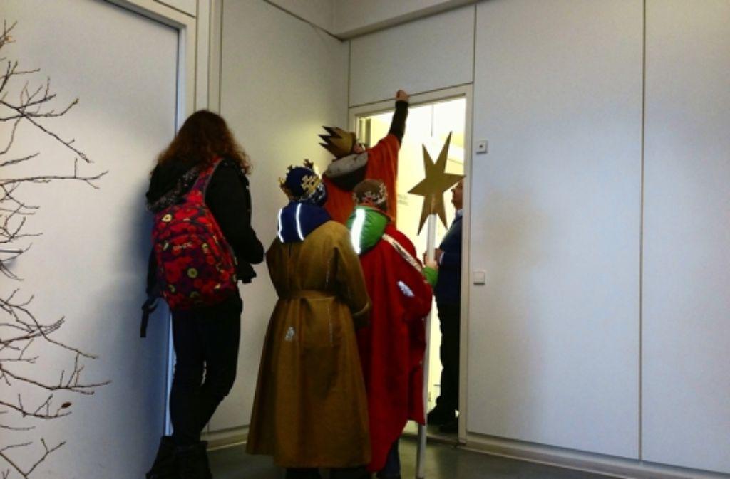 Der Eingang zur Redaktion wird gesegnet. Foto: Sven Hahn